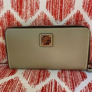 Dooney & Bourke Lt Taupe wallet